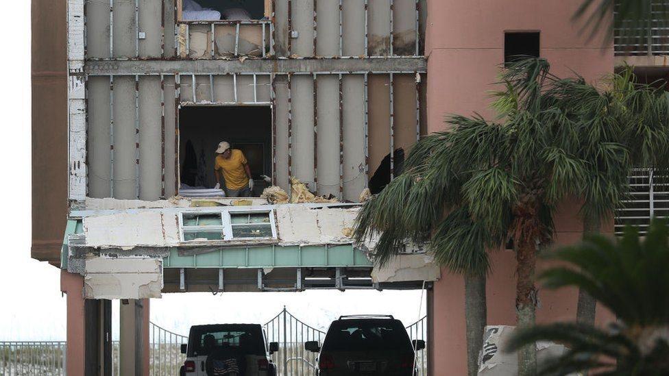 واجهة مبنى متضررة من العاصفة