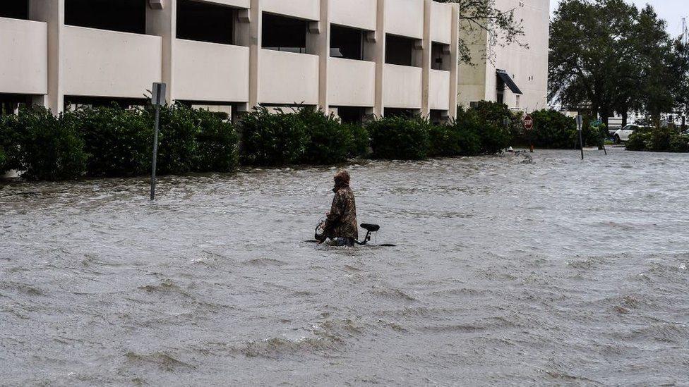 مياه فيضانات في الشوارع بسبب العاصفة سالي