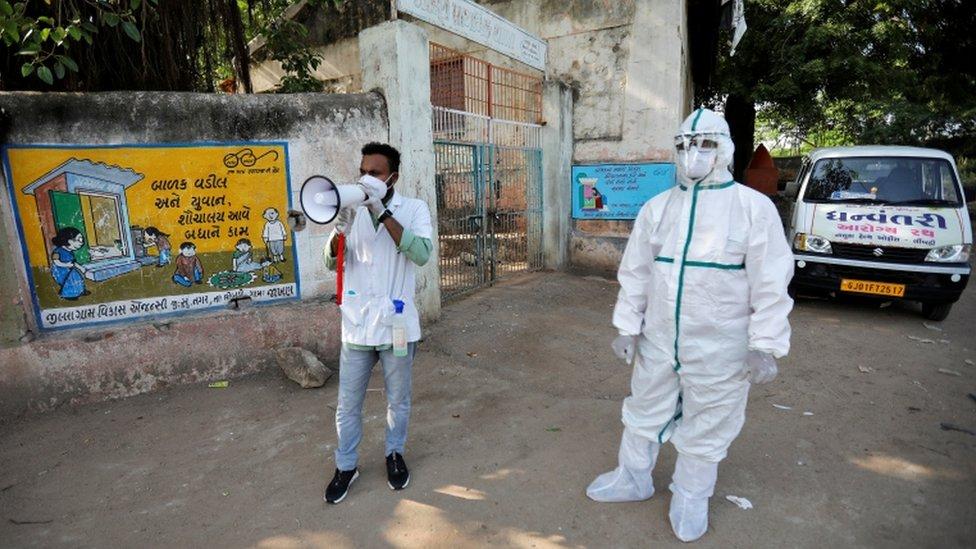 موظفون بالقطاع الصحي في أحد شوارع الهند