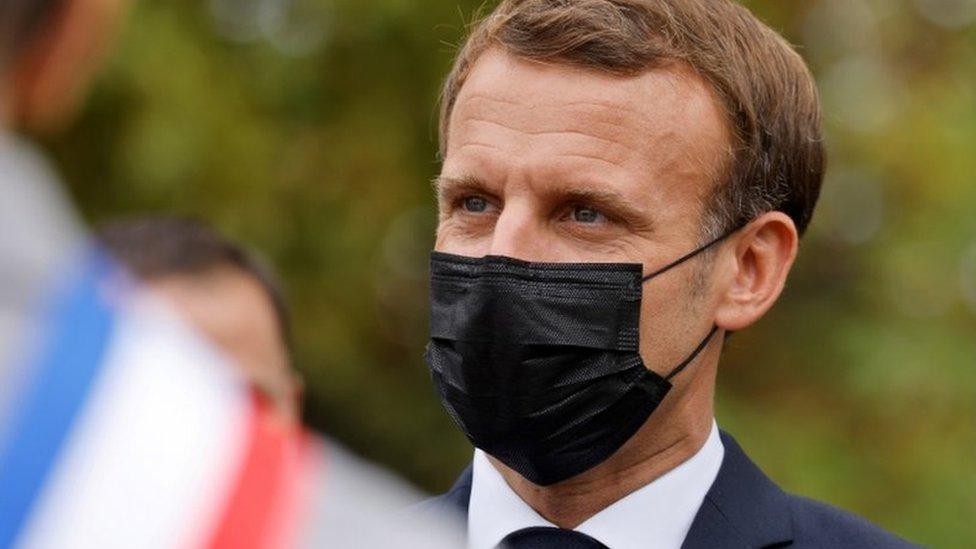 الرئيس الفرنسي إيمانويل ماكرون يرتدي كمامة