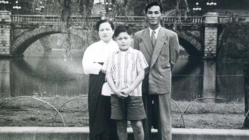 لي كون هي وهو طفل مع والديه
