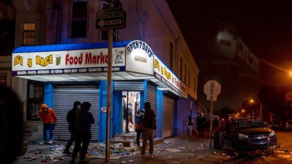 بدأت المسيرات سلمية يوم الثلاثاء، لكن بحلول المساء تحولت إلى مصادمات وأعمال عنف