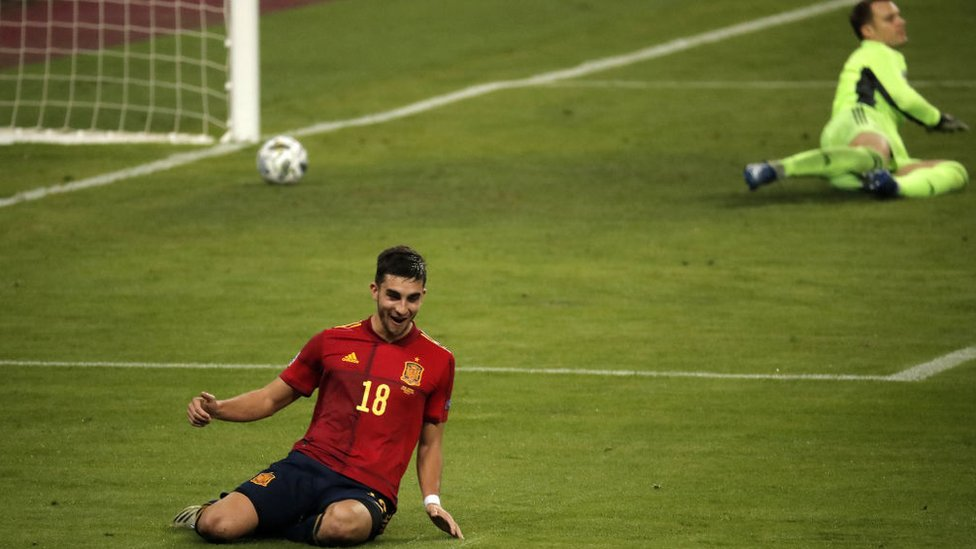 الاسباني فيران توريس يحتفل بعد تسجيله الهدف الخامس للفريق أمام ألمانيا، في إشبيلية، إسبانيا في 17 نوفمبر/تشرين الثاني 2020