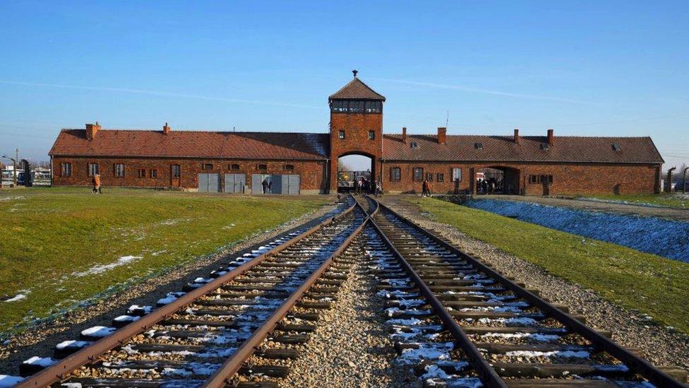 خطوط السكك الحديدية تدخل المبنى الرئيسي في معسكر الموت النازي الألماني أوشفيتز في بيركيناو.