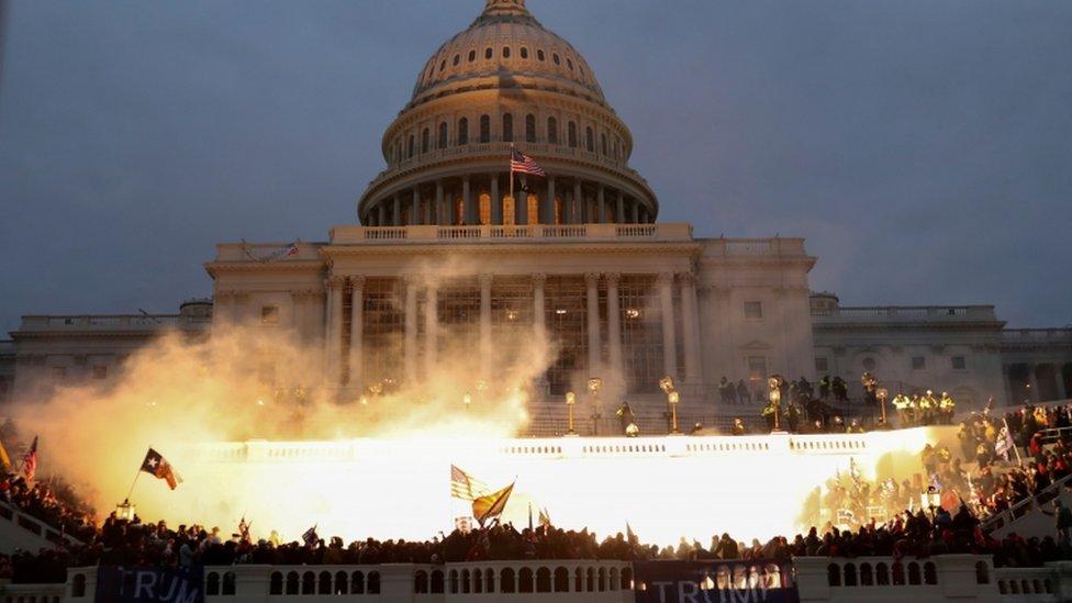 انفجار خاج مقر الكونغرس بعد اقتحامه