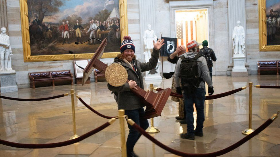 رجل يحمل المنصة من مجلس النواب