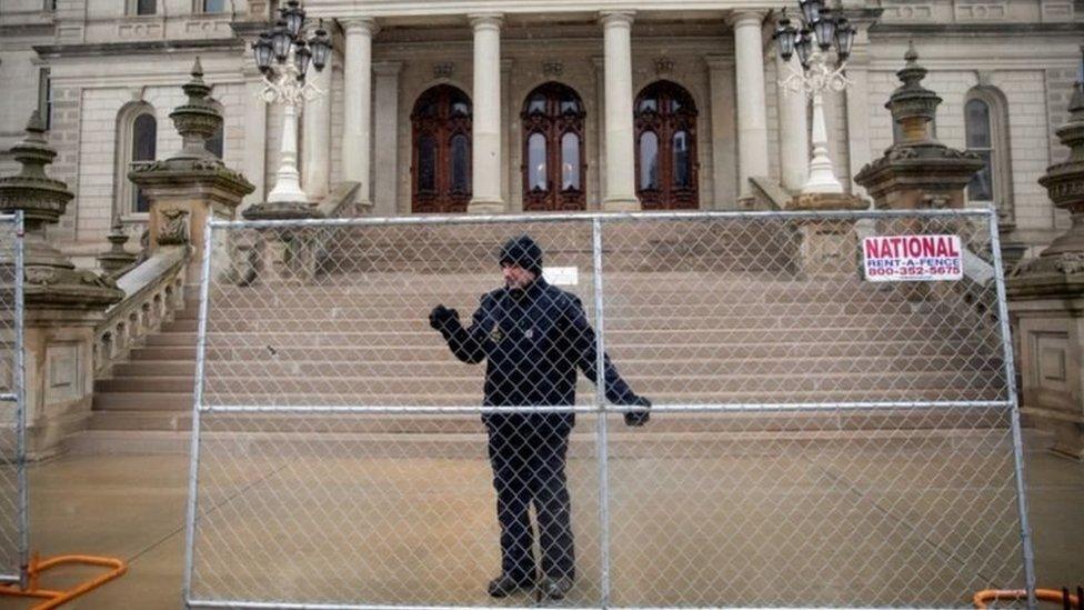 سياج حديدي قرب مقر الكونغرس