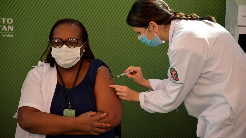 تلقت الممرضة مونيكا كالازانز أول لقاح في البرازيل