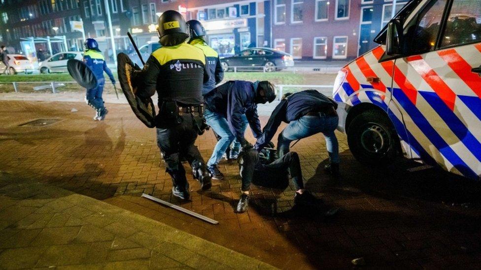 الشرطة تلقي القبض على أحد مثيري الشغب