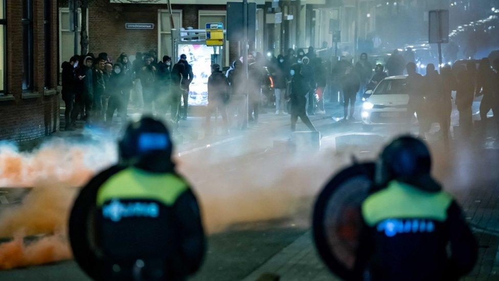 مجموعات من الشباب في مواجهة الشرطة في روتردام