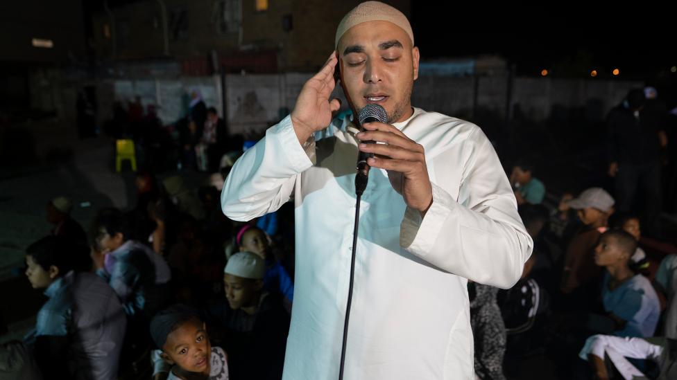 رجل يدعو المسلمين للصلاة في ماننبرغ، كيب تاون - جنوب أفريقيا