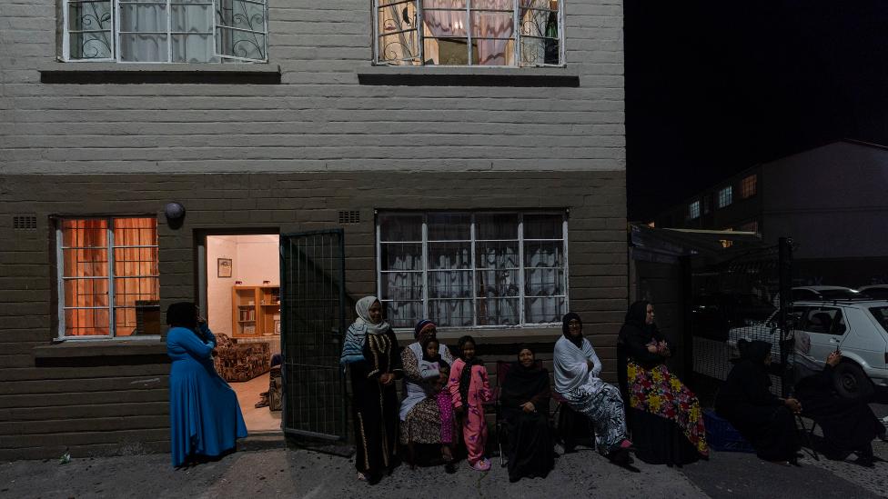 تجمع الناس خارج شققهم في ماننبرغ ، كيب تاون - جنوب إفريقيا