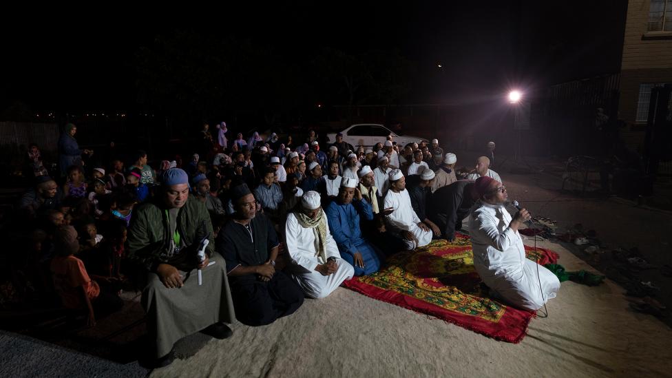 مصلون راكعون خلال جلسة ذكر في ماننبرغ في كيب تاون، جنوب إفريقيا