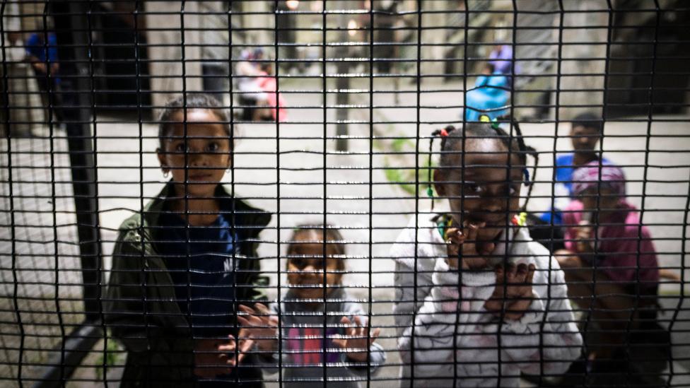 أطفال بجوار سور في ماننبرغ ، كيب تاون - جنوب إفريقيا