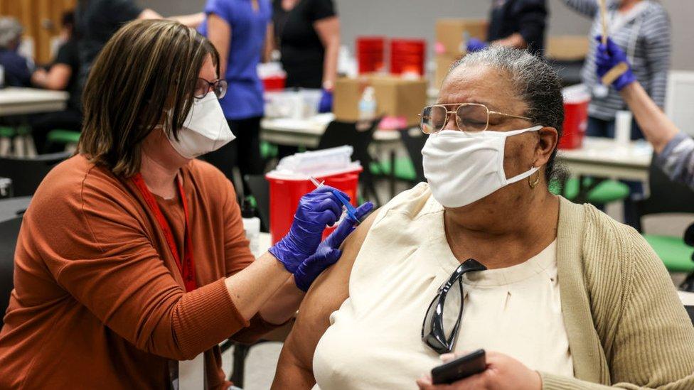ممرضة تعطي جرعة من لقاح جونسون آند جونسون لمواطنة أمريكية