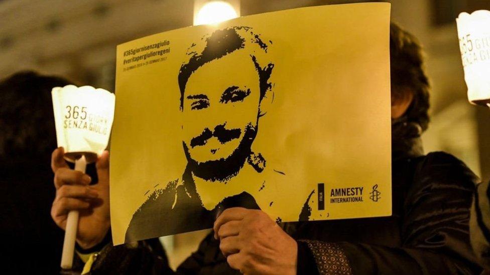 محتجون يحملون صور جوليو ريجيني
