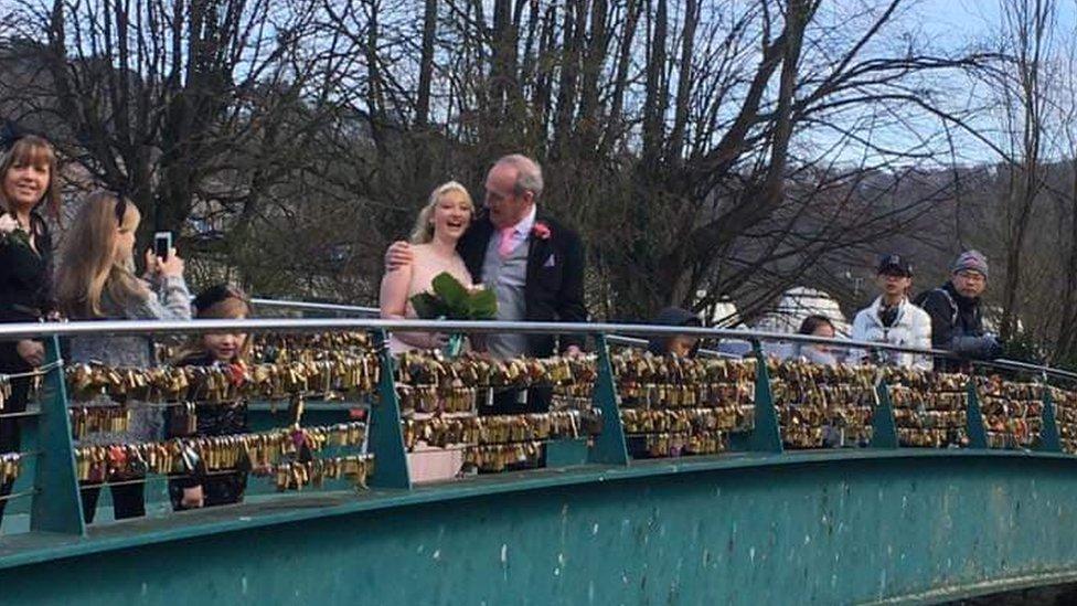 غي أتكن وزوجها ألان وضعا القفل على الجسر فور الانتهاء من مراسم الزواج