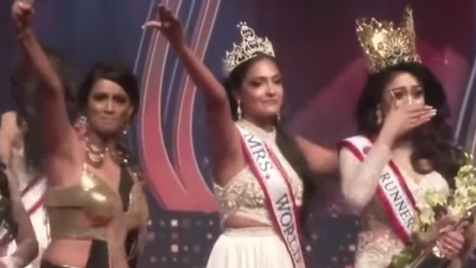 أظهر مقطع فيديو الفائزة السابقة، كارولين جوري، وهي تسلم تاج اللقب لصاحبة المركز الثاني