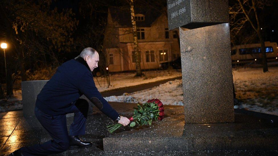 بوتين يضع الورود على نصب تذكاري