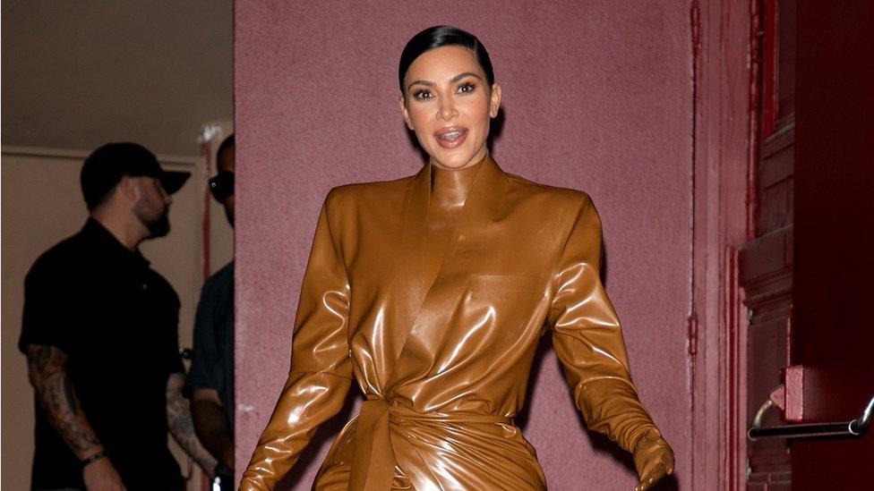 كيم كارداشيان خلال أسبوع الموضة في باريس للأزياء النسائية خريف/شتاء 2020/2021 في 1 مارس/آذار 2020 في باريس، فرنسا