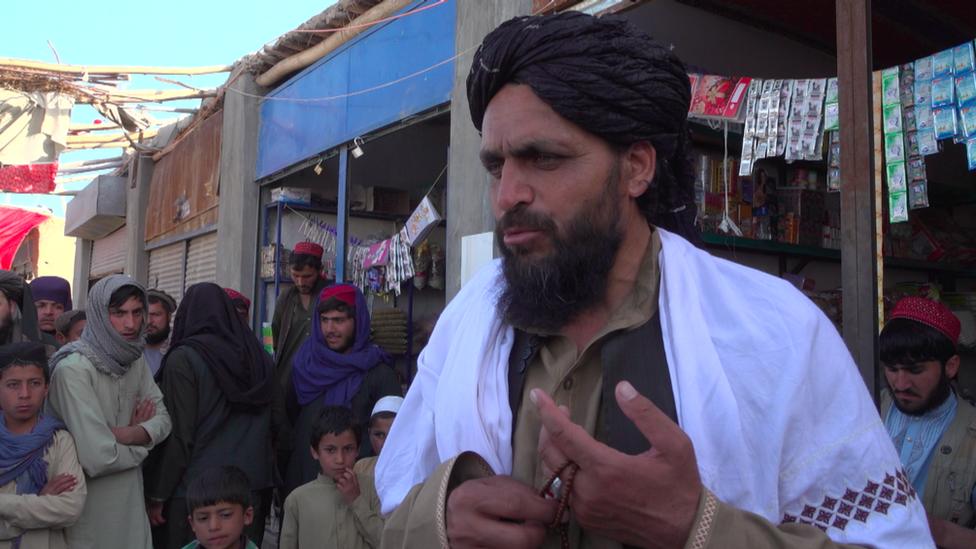 انضم الحجي حكمت، رئيس بلدية الظل الذي عينته طالبان في بلخ، إلى الحركة في تسعينيات القرن الماضي