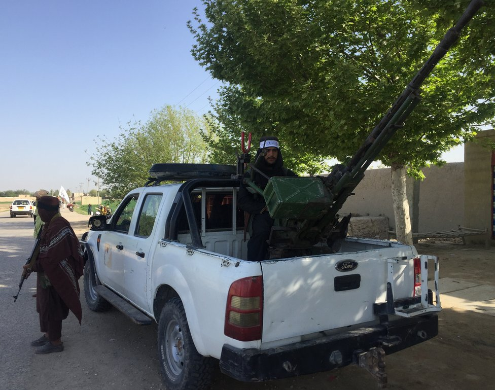 أخبر أحد السكان المحليين بي بي سي بأن الناس يطيعون اوامر طالبان خوفا
