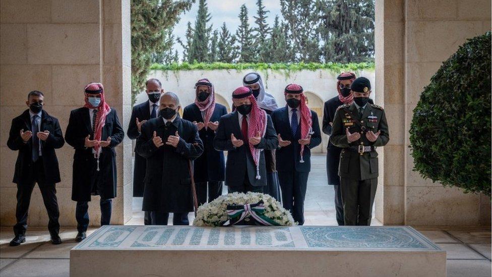 الملك عبدالله الثاني يتوسط ولي عهده الأمير الحسين (يمين) وعمه الأمير الحسن (يسار)، ويقف الأمير حمزة في الصف الخلفي ثانيا من اليسار