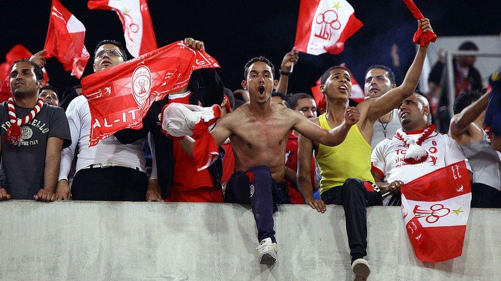 صورة قديمة من عام 2010، يظهر فيها مشجعو فريق الاتحاد أثناء مبارة ضد نادي الأهلي المصري.