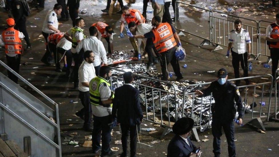 عدد من الجثث على الأرض في مكان الحادث