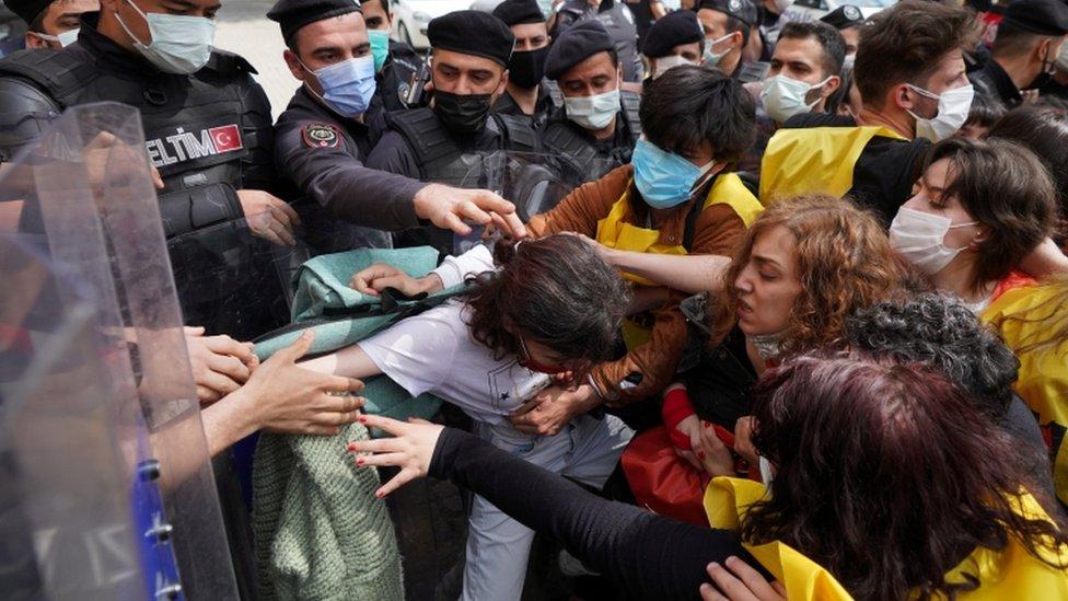 ضباط شرطة مكافحة الشغب التركية يشتبكون مع المتظاهرين في اسطنبول