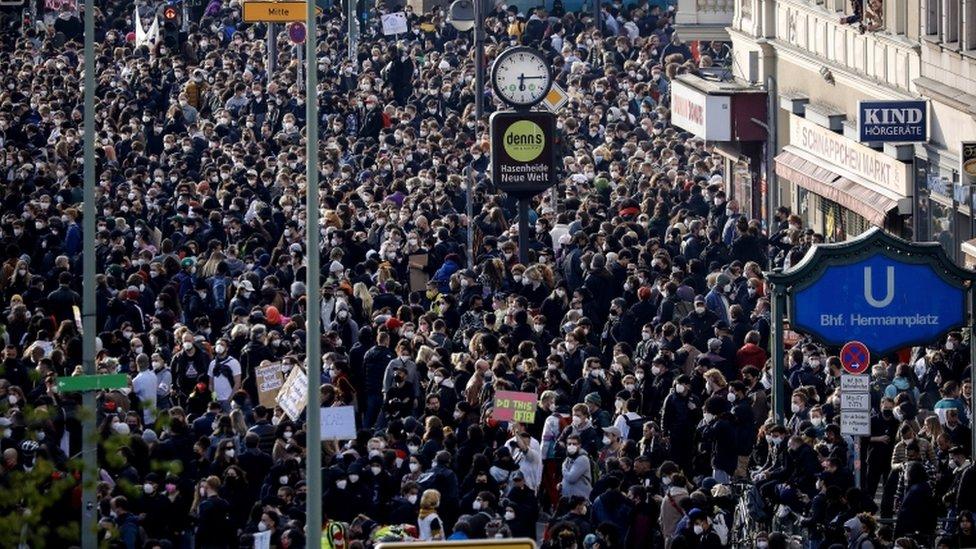 الناس يتجمعون للاحتجاج في عيد العمال في برلين