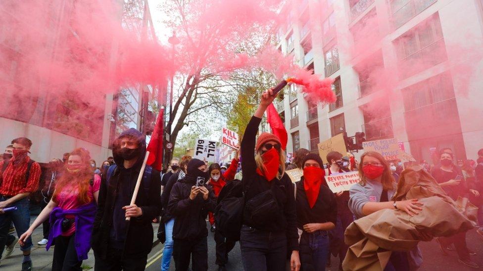 قام بعض المتظاهرون برفع مشاعل حمراء خلال المسيرة في وسط لندن