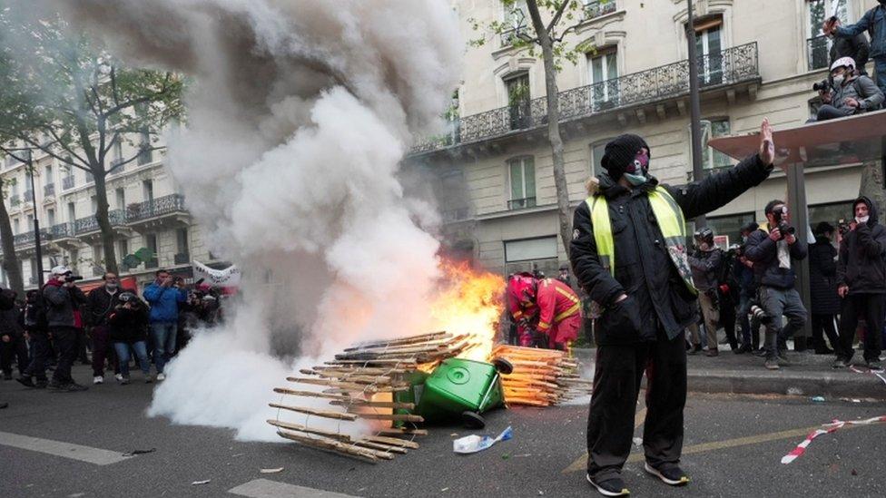 """متظاهر من """"السترات الصفراء"""" خلال احتجاجات عيد العمال التقليدية في فرنسا"""