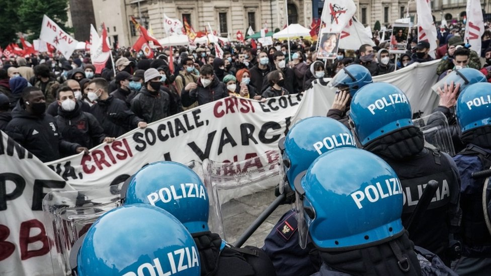 نشطاء حزب العمال يواجهون الشرطة أثناء مشاركتهم في احتجاج في عيد العمال العالمي في تورين بإيطاليا