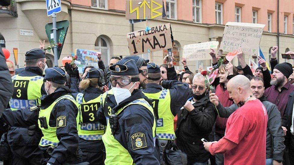 ضباط الشرطة يحتجزون متظاهراً في ستوكهولم، السويد