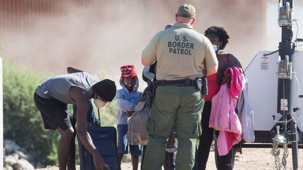 يواجه الرئيس بايدن ارتفاعا قياسيا في أعداد المهاجرين على الحدود بين الولايات المتحدة والمكسيك