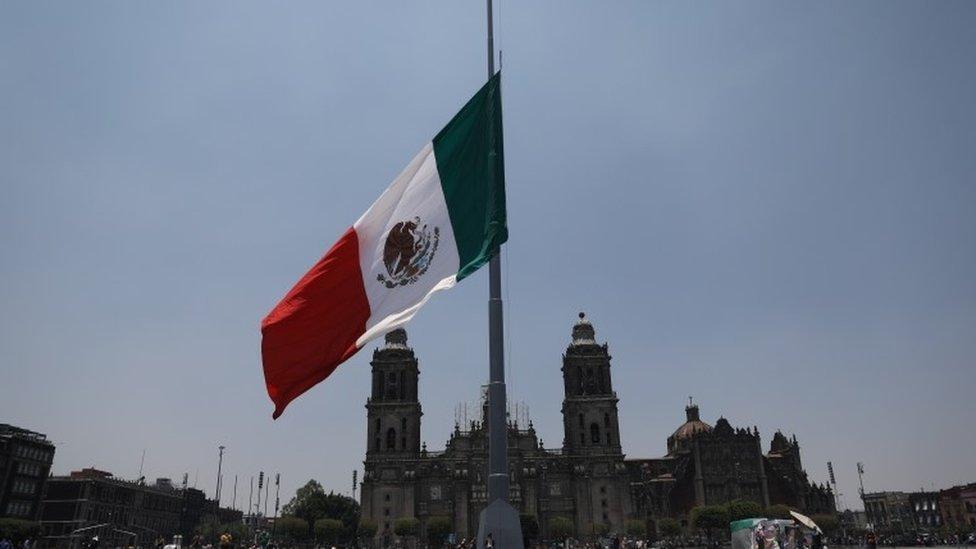 العلم المكسيكي في منتصف السارية