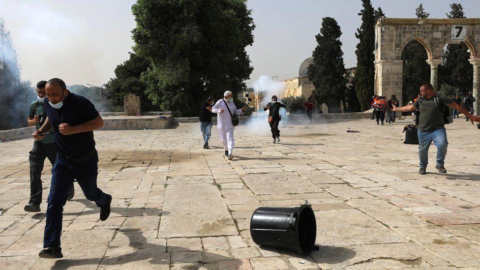 أطلقت الشرطة الإسرائيلية قنابل صوت ودخان