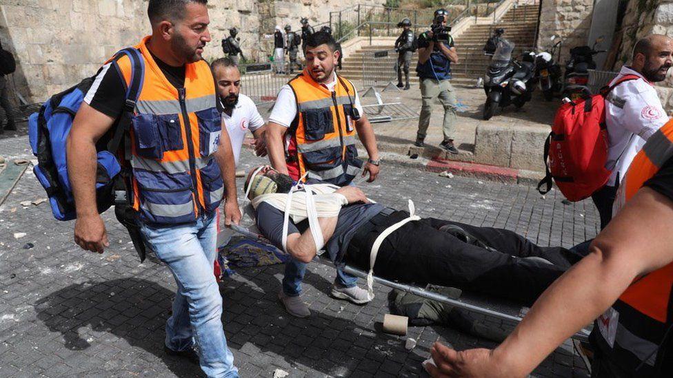 الهلال الأحمر ينقل جرحى في القدس
