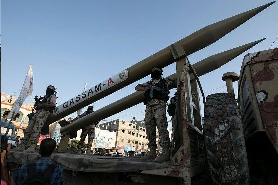 تمتلك حماس والجماعات الفلسطينية المسلحة الأخرى في غزة مجموعة متنوعة من الصواريخ