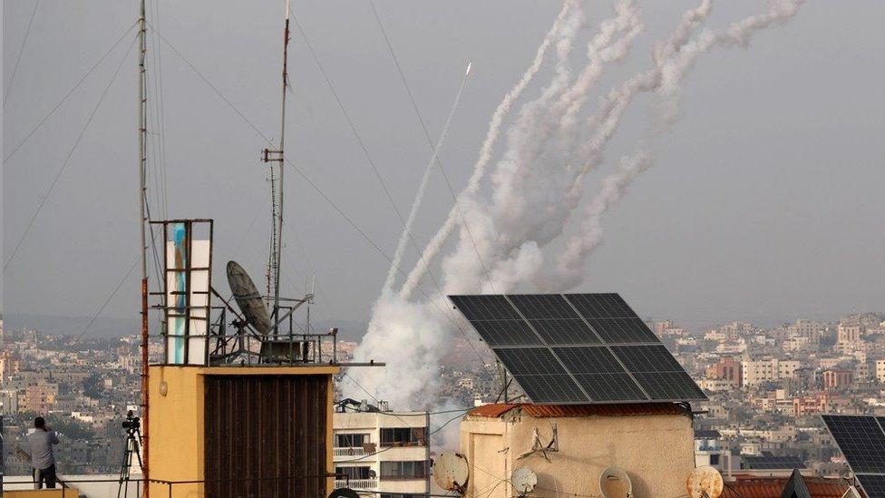 تقول إسرائيل إن أكثر من ألف صاروخ تم إطلاقه من غزة منذ ليلة الاثنين