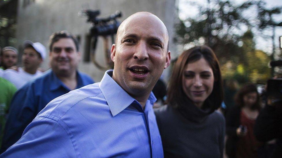 نفتالي بينيت وزوجته غيلات بعد الإدلاء بصوتيهما في الانتخابات العامة الإسرائيلية عام 2013