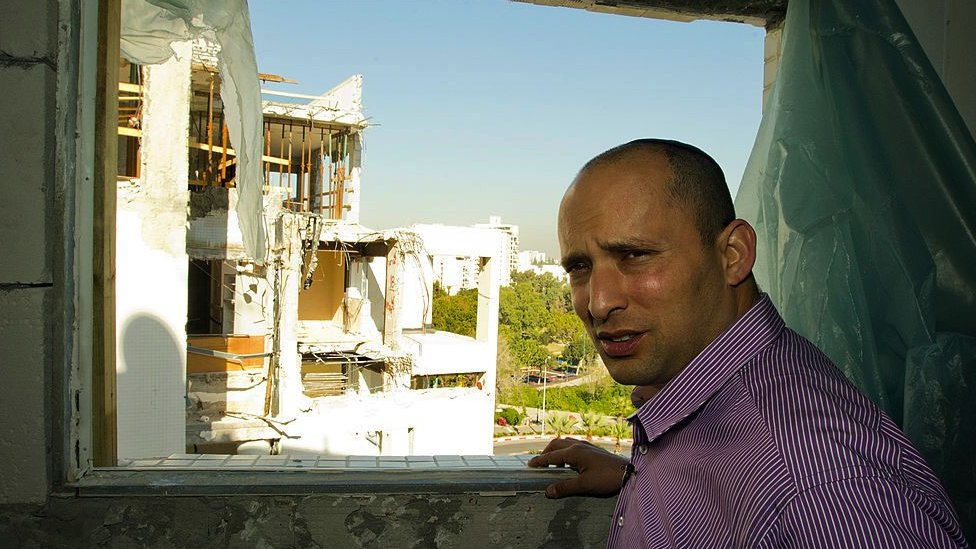 بينيت يزور شقة مدمرة في عام 2012