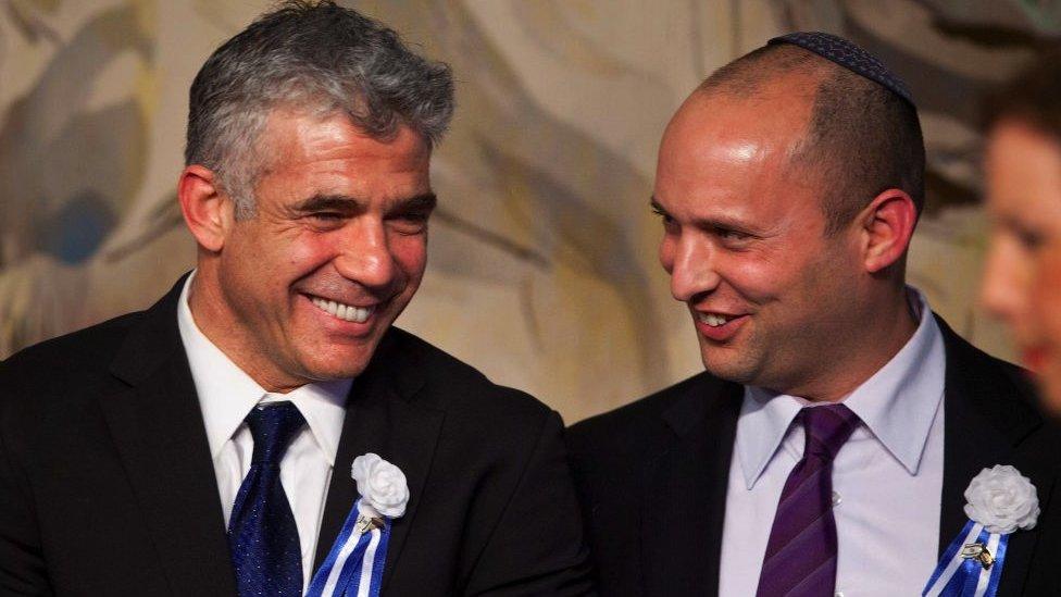 يائير لابيد (يسار) ونفتالي بينيت (يمين) يخططان لتقاسم رئاسة الوزراء