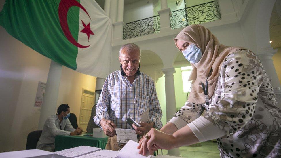 ناخب جزائري يدلي بصوته في السفارة الجزائرية في تونس