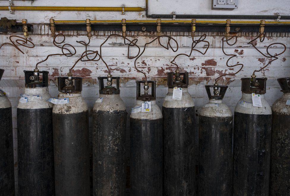أسطوانات أكسجين في الهند حيث اكتشف تحور دلتا أول مرة