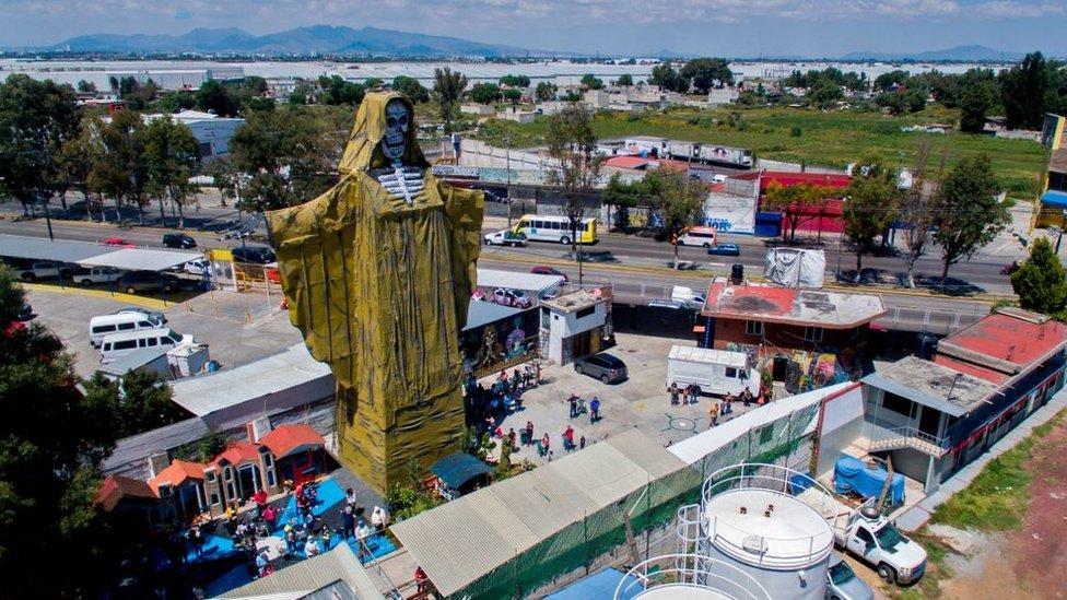 خلال احتفال سانتا مويرتيه أو قديسة الموت في المكسيك