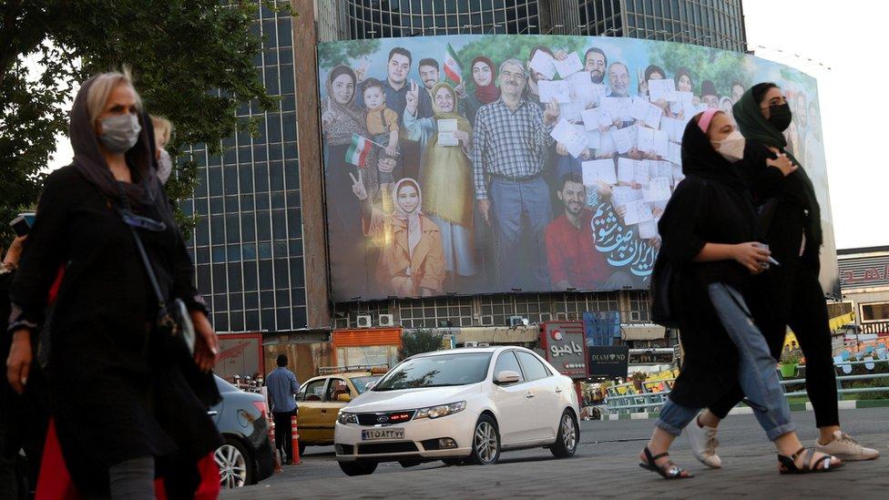 لافتة للدعاية الانتخابية في أحد الشوارع الإيرانية