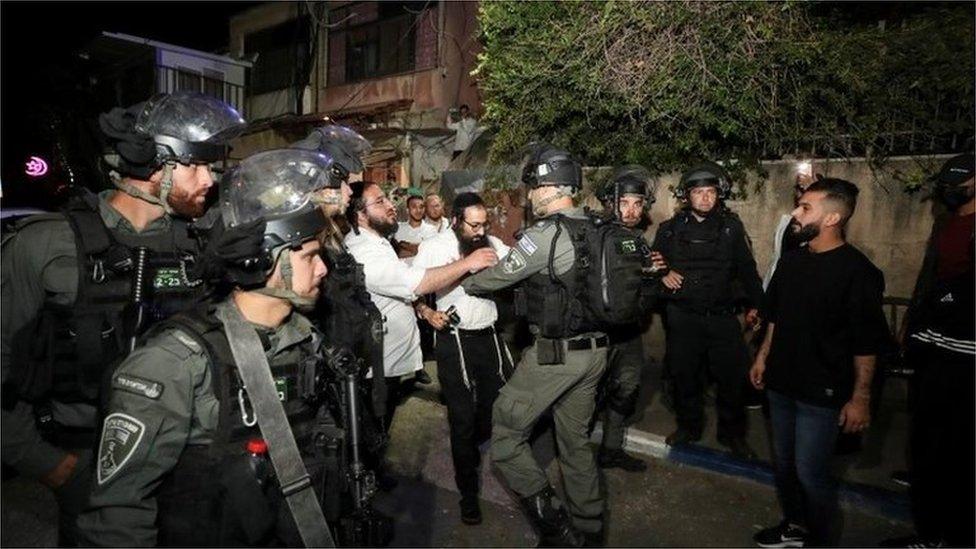 الشرطة الإسرائيلية ومستوطنون