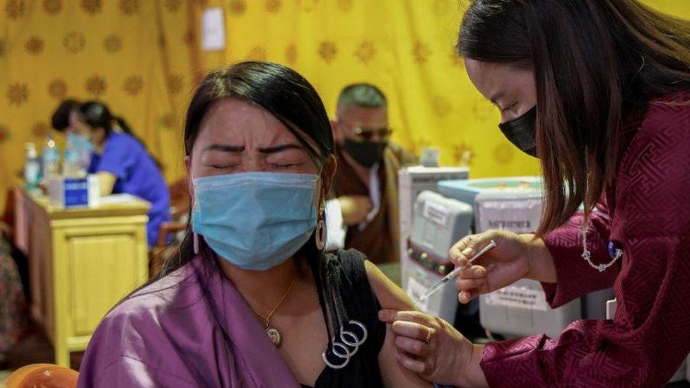 امرأة تحصل على لقاح كورونا في بوتان